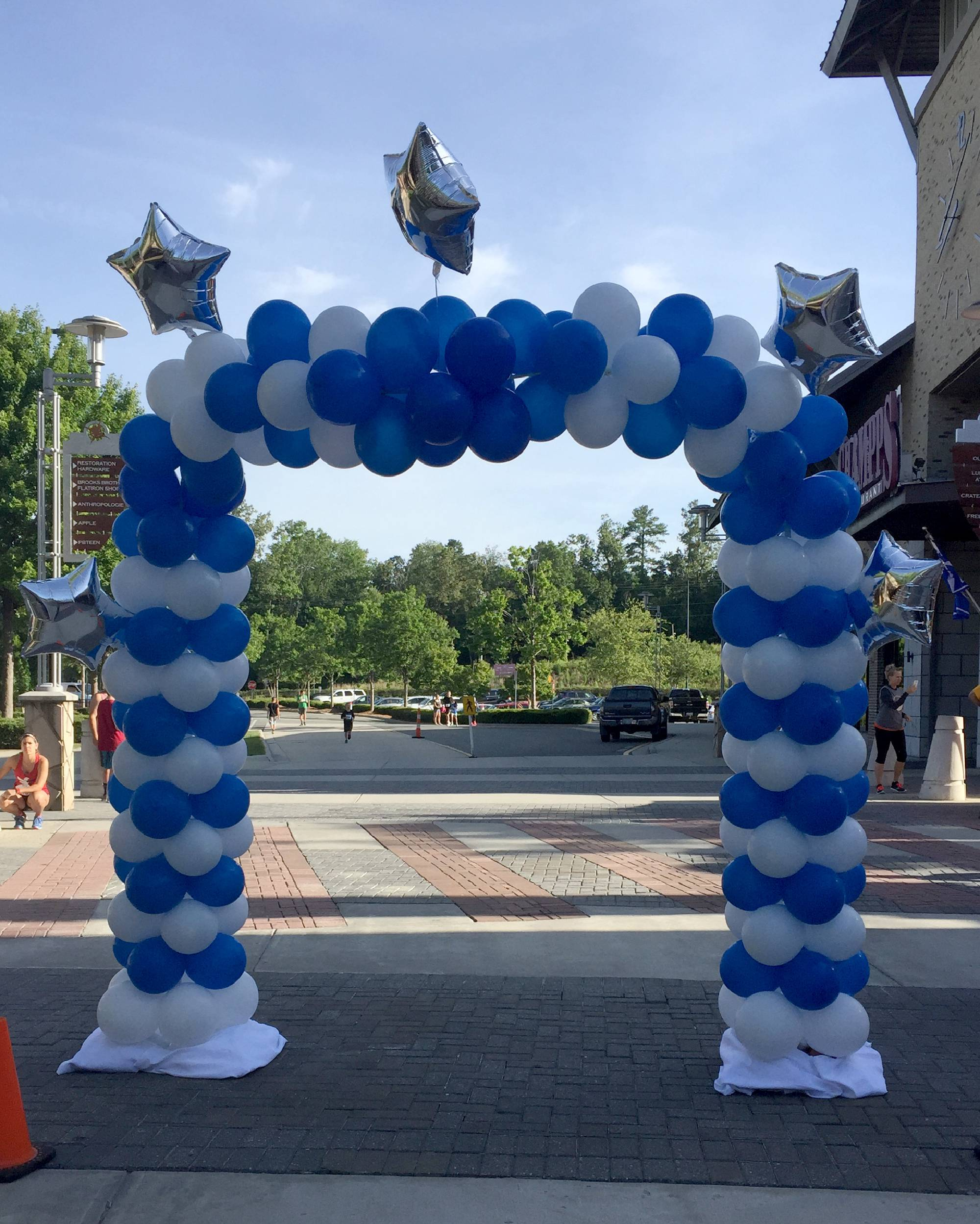 Balloon arch for 5K road race in Durham